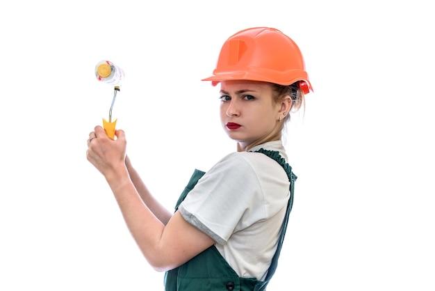 Jeune femme, dans, casque, tenue, rouleau, isolé, blanc, mur