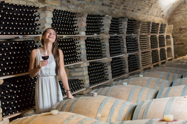 Jeune femme dans la cave à vin