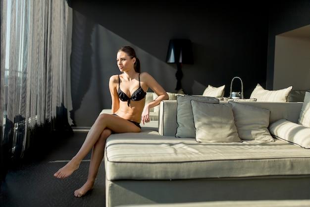 Jeune femme dans la chambre