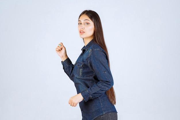 Jeune femme, dans, chemise denim, courant, depuis, les, place