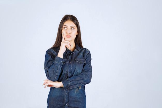 Jeune femme, dans, chemise denim, pensée, et, planification