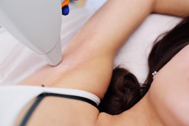 Une jeune femme dans une clinique de cosmétologie moderne