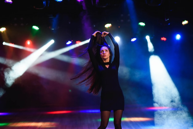 Jeune femme dans un club