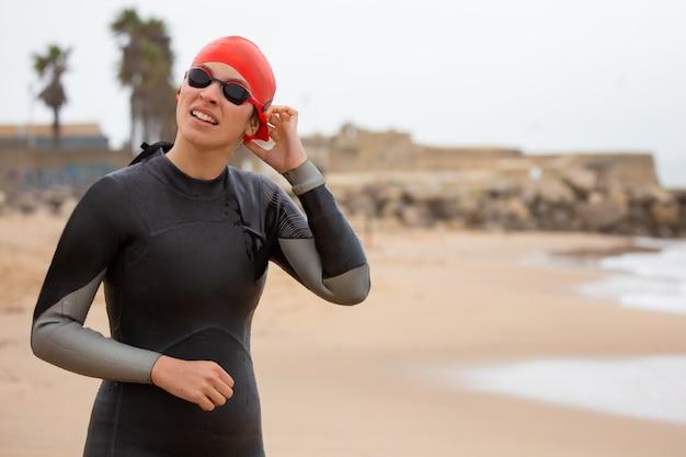 Jeune femme, dans, combinaison néoprène, et, lunettes protectrices