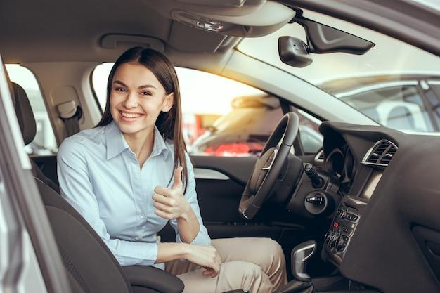 Jeune femme dans un concept d'essai de service de location de voitures