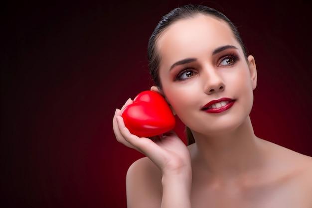 Jeune femme dans le concept de la saint-valentin