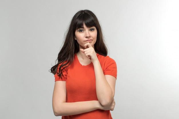 Jeune femme, dans, conçu, t-shirt, pensée, à, longs cheveux, blanc