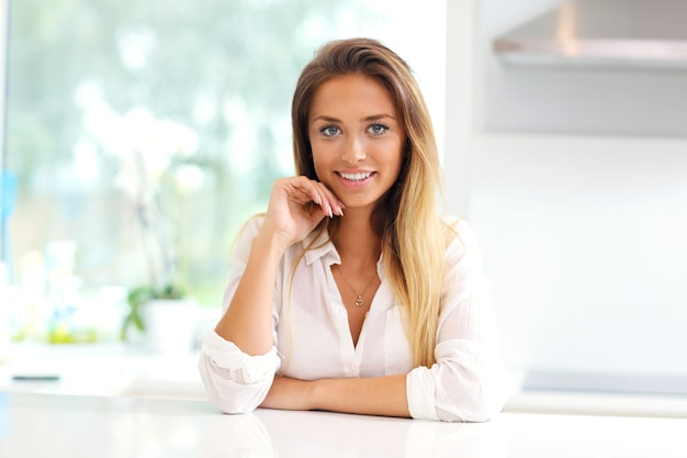 Jeune femme dans la cuisine