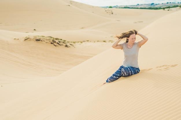 Jeune femme dans le désert, mui ne, vietnam