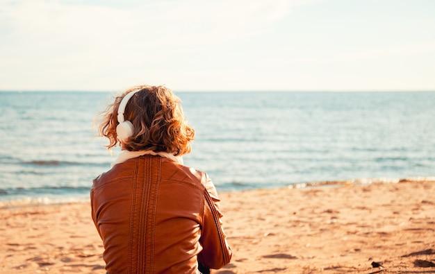 Jeune femme, dans, a, écouteurs, plage