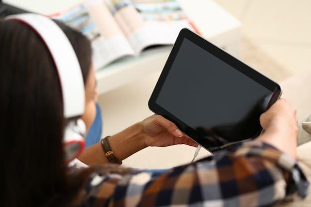Jeune femme, dans, écouteurs, utilisation, tablette, informatique