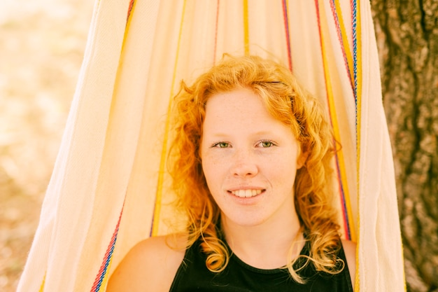 Jeune femme dans un hamac en plein air