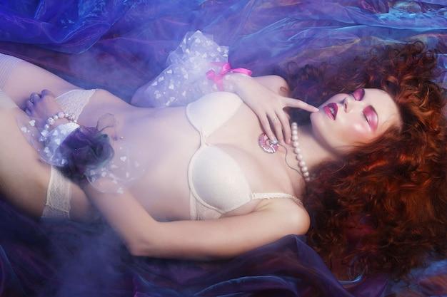 Jeune femme, dans, lingerie, projectile studio