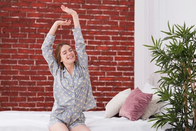 Jeune femme, dans lit, réveil