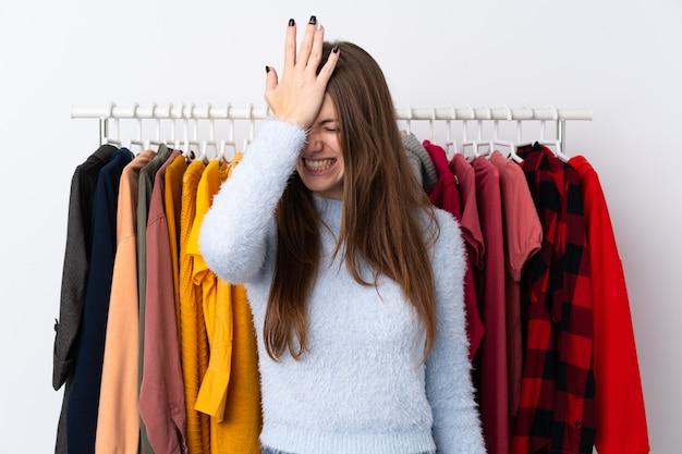 Jeune femme dans un magasin de vêtements ayant des doutes avec l'expression du visage confus