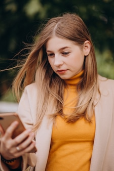 Jeune femme, dans, manteau beige, marche, dans parc