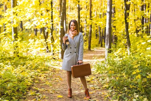 Jeune femme, dans, a, manteau bleu, debout, dans parc