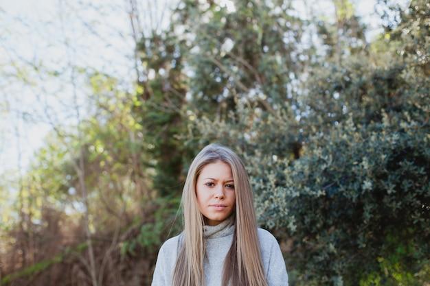 Jeune femme dans la nature