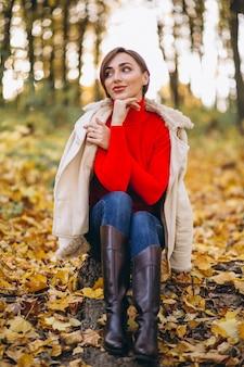 Jeune femme dans un parc en automne