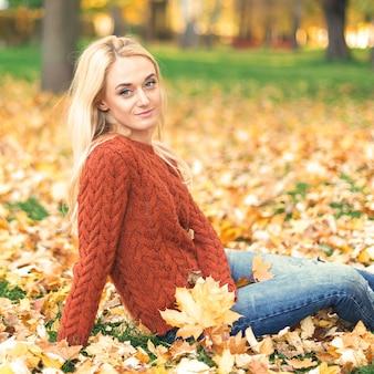 Jeune femme dans le parc le jour de l'automne