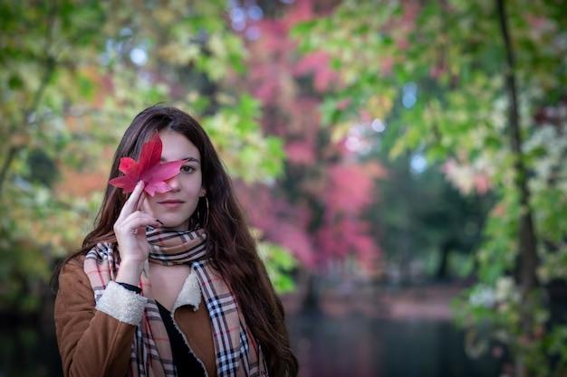 Jeune femme dans le paysage d'automne - espace copie - mise au point sélective