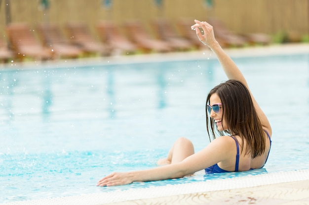 Jeune femme dans la piscine