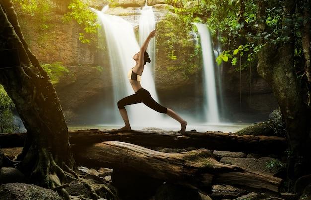 Jeune femme dans une pose de yoga