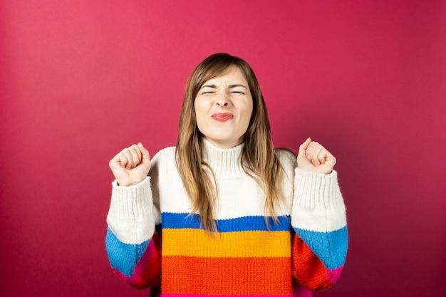 Jeune femme dans un pull tricoté isolé