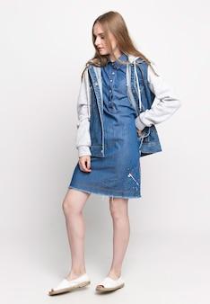 Jeune femme, dans, a, robe denim bleu