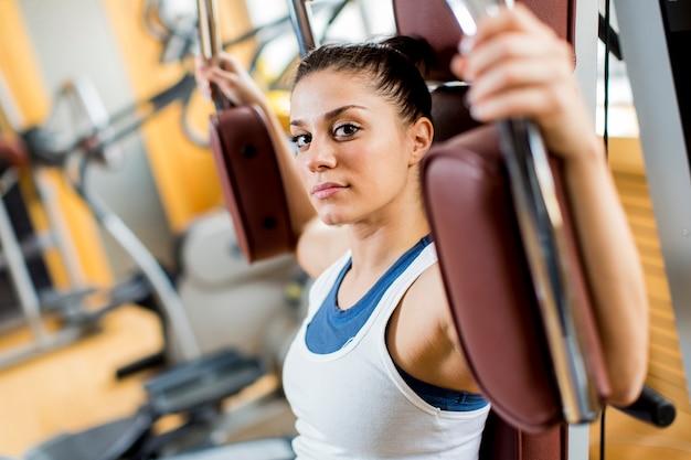 Jeune femme dans la salle de sport