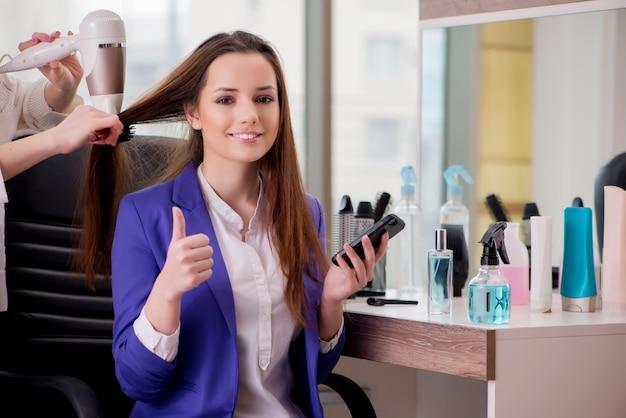 Jeune femme dans un salon de beauté