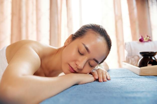Jeune femme, dans, salon massage