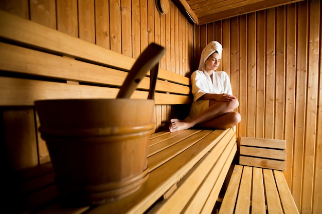 Jeune femme dans le sauna