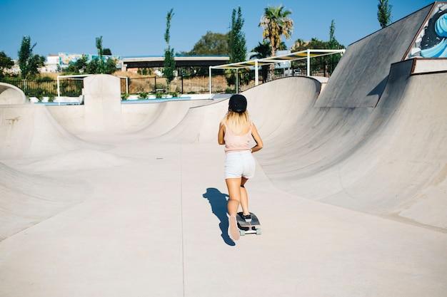 Jeune femme dans le skatepark