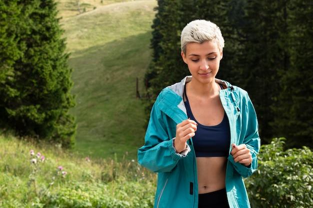 Jeune femme, dans, sportswear, dehors