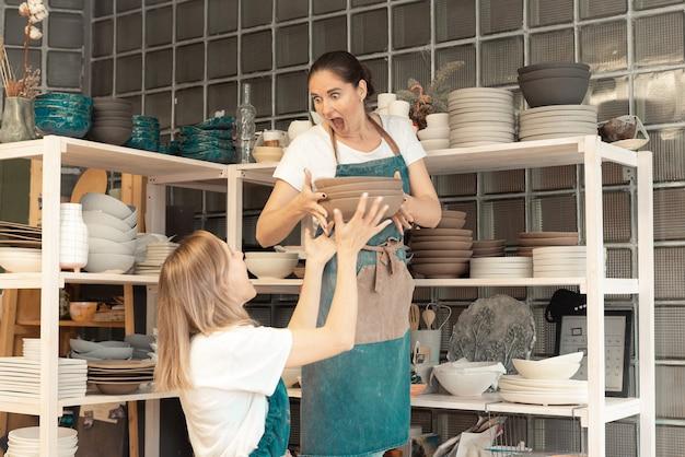 Jeune femme, dans, tablier, debout, table, et, enseignant, étudiant