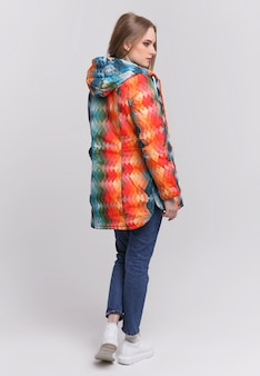 Jeune femme dans une veste d'automne