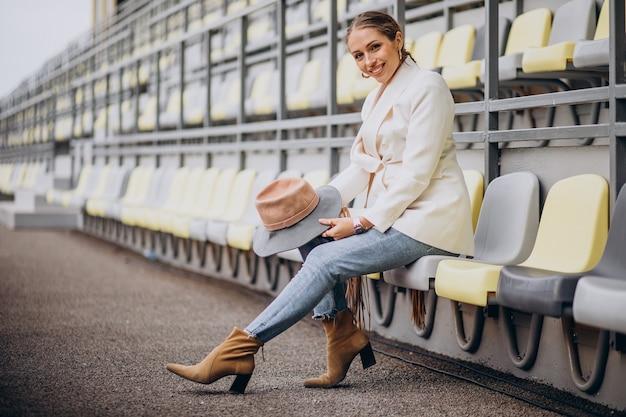 Jeune femme, dans, veste blanche, tenue, chapeau