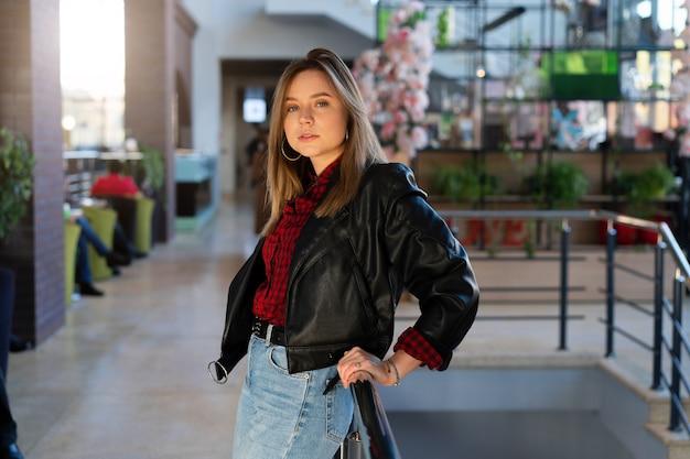 Jeune femme, dans, veste cuir, dans, a, centre commercial