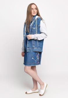 Jeune femme dans une veste en jean bleu