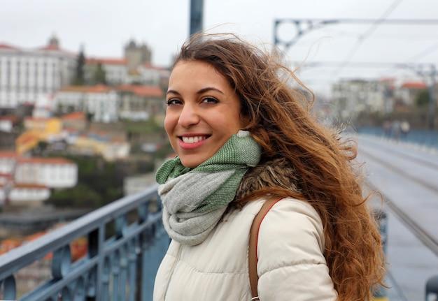 Jeune femme dans la ville de porto en hiver