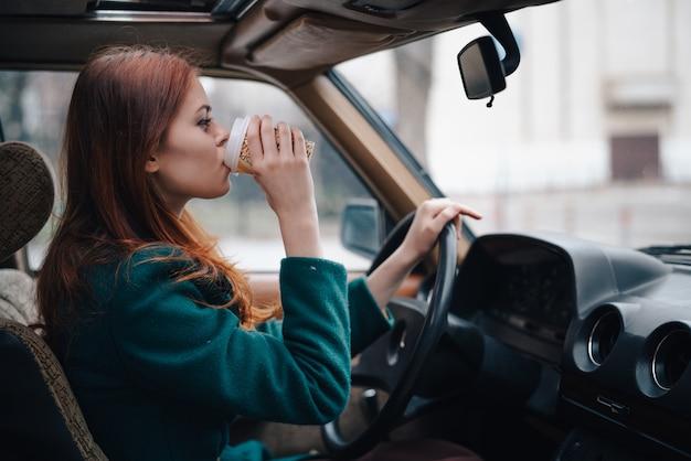 Jeune femme dans une voiture, chauffeur et passager, voiture rétro