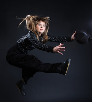 Jeune femme danse sur fond noir