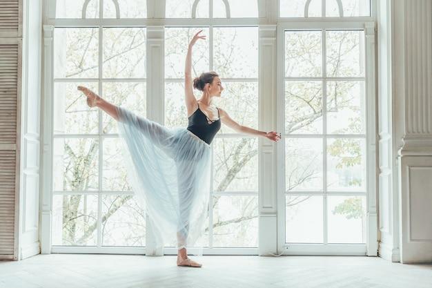 Jeune femme danseuse classique en cours de danse