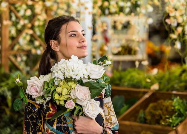 Jeune femme, debout, à, bouquet fleurs
