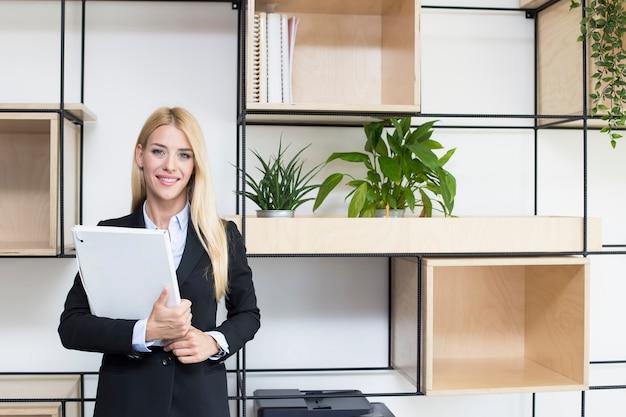 Jeune femme debout dans le bureau