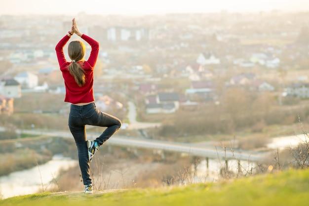 Jeune femme, debout, dehors, apprécier, vue ville. concept détente, liberté et bien-être.