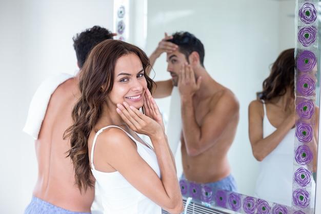 Jeune femme, debout, mari, devant, miroir