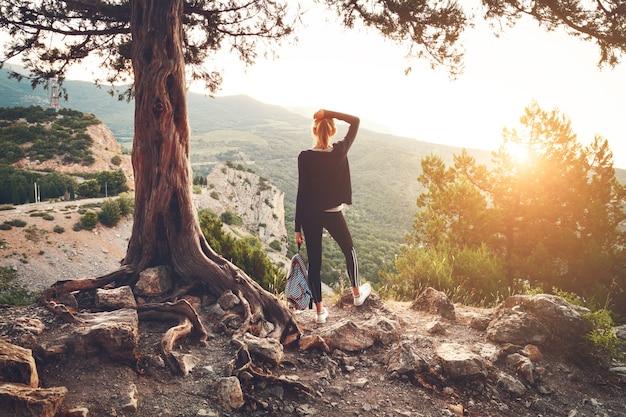 Jeune, femme, debout, montagne, coucher soleil