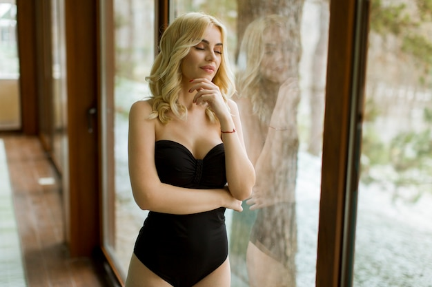 Jeune femme debout près de la piscine